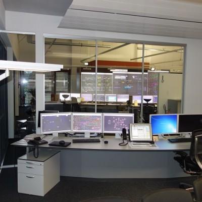 Blick vom Schulungsraum in die Leitzentrale